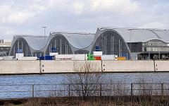 Grossmarkthallen in Hamburg Hammerbrook; erbaut 1958/9 Architekt Bernhard Hermkes - Blick über den Oberhafenkanal.