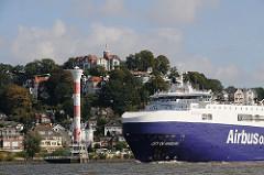 Frachtschiff CITY OF HAMBURG vor Blankenese Süllberg und Leuchtturm.