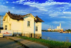 Villa Hintzpeter an der Billwerder Bucht - im Hintergrund das Kraftwerk Tiefstack.