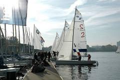 Segelboote legen am Bootssteg der Aussenalster an.