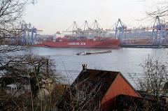 Blick von Hamburg Othmarschen - Elbchaussee - auf die Elbe und den Hamburger Hafen mit Containerbrücken und Containerschiff am Burchardkai.