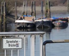 Blick von der Spreehafenbrücke in Hamburg Wilhelmsburg - Schuten im Hintergrund; Fotos aus dem Hamburger Hafen.