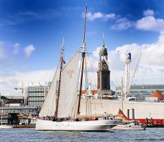 Segelschiff ELBE 5 auf der Elbe - im Hintergrund der Kirchturm der St. Michaeliskirche.