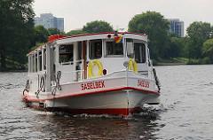 Alsterdampfer Saselbek vor dem Anleger in Hamburg St. Georg.