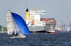 Schiffsverkehr auf der Elbe - Segelboot unter Segeln - Frachtschiff mit Containern.