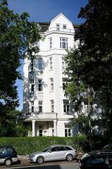 Mehrstöckiger Altbau - Wohnhaus mit weisser Fassade; Historismus.