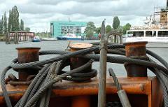 Poller - Stahltrossen, Eisentrossen - Bootshaken im Harburger Überwinterungshafen