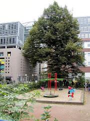 Kinderspielplatz auf dem Gertrudenkirchhof ( 2001 ) - Spielgeräte in der Hamburger Innenstadt; Fotos aus der Altstadt Hamburg.