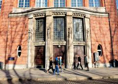Alter Eingang der Hochschule für Angewandte Wissenschaften Hamburg - Architektur in Hamburg St. Georg - erbau 1915, Architektur Oberbaudirektor Fritz Schumacher; Maschinenbauschule - Technische Lehranstalt / Ingenieurschule.