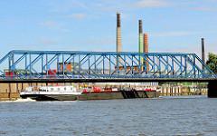 Einfahrt eines Tankschiffs in den Müggenburger Kanal im Hamburger Stadtteil Veddel - Eisenbahnbrücke und hohe Industrieschlote.