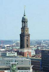 Kirchturm der Hamburger St. Michaeliskirche, dem Michel - eine der vier Hauptkirchen der Hansestadt Hamburg.