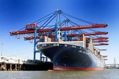 Das riesige Containerschiff CMA CGM Callisto liegt unter den Containerkränen des HHLA Container Terminals Burchardkai; das Frachtschiff wurde 2009 gebaut, ist 363m lang und 46m breit und kann 11400 Standardcontainer an Bord nehmen.