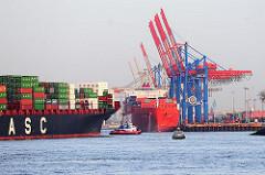 Das Frachtschiff HATTA läuft mit Schlepperhilfe in den Hamburger Hafen ein und wird zum Liegeplatz geschleppt. Containerkräne des Containerterminals Burchardkai am Athabaskakai.