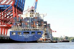Das Containerschiff CMA CGM BUTTERFLY legt mit Hilfe von Schleppern ab. Die Arbeitsschiffe ziehen das 43m breite und 350m lange Schiff von der Kaimauer in das Fahrwasser.