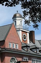 Schulgebäude Kapellenweg in Hamburg Wilstorf - Giebelturm mit grosser Uhr - Architekturbilder Hamburgs.