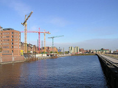Blick über den Sandtorhafen - Baukräne am Brooktorkai - im Hintergrund das Gebäude der Kaffeelagerei am Brooktor und der Kaispeicher B am Magdeburger Hafen. (2003)