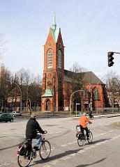 Heiligengeistkirche Hamburg Barmbek - erbaut 1905 - entwidmet 2005; Radfahrer auf dem Radweg.