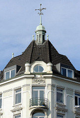Jugendstilgebäude erbaut 1905 - Kupferner Turm auf dem Ziegeldach des mehrstöckigen Wohngebäudes. Wetterfahne mit Anzeige der Himmelsrichtungen auf der Turmspitze.