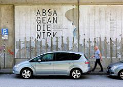 Reste - X-2222 ABSAGEANDIEWIRKLICHKEIT - Kunstprojekt, Fotoprojekt an der Wand der Bahnstrecke Norderstrasse in Hamburg St. Georg.