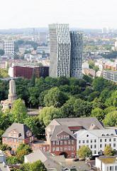 Blick auf die neue Architektur Hamburgs; die tanzenden Türme an der Reeperbahn / Millerntor - in der Bildmitte der Elbpark mit dem Bismarckdenkmal; im Vordergrund Gebäude am Zeughausmarkt.
