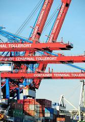Bilder von der Arbeit im Hamburger Hafen - die Ladung eines Frachters wird gelöscht - Container Terminal Tollerort.