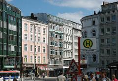 Historische Geschäftshäuser in der Hamburger City - Hamburg Neustadt, Gänsemarkt - Bushaltestelle / Blick zum Jungfernstieg.