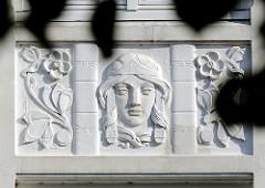 Jugendstilornament an der Hausfassade eines Wohngebäudes in HH-Uhlenhorst.