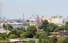 Blick über die Süderelbe in den Reiherstieg - im Bildzentrum die Reiherstiegschleuse, dahinter Industriearchitektur des Reiherstiegkanals.