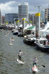 Stand up Paddling - Weltmeisterschaft - Trendsportler in der Hafencity  - paddeln auf Surfbrettern im Traditionsschiffhafen.