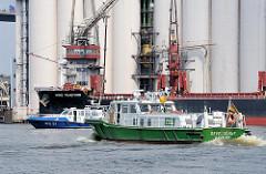 Das Hamburger Zollboot Oevelgönne auf Patroillenfahrt im Hamburger Hafen - im Hintergrund ein Boot der Hamburger Wasserschutzpolizei.
