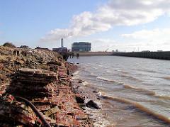 zerfallenes Ziegelmauerwerk am Grasbrookhafen - im Hintergrund Bürogebäude und die Schornsteine vom Kraftwerk Hafencity. (2003)