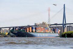 Das Containerschiff HYUNDAI COURAGE  läuft aus dem Hamburger Hafen aus - im Hintergrund die Köhlbrandbrücke.