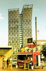 Imbisswagen auf dem Millerntorplatz - im Hintergrund das Gebäude Tanzende Türme an der Reeperbahn in HH- St. Pauli.