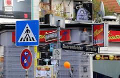 Schilder in der Bahrenfelder Strasse - Stadtteil Hamburg Ottensen.