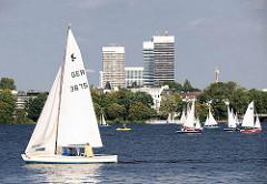 Segelsport - Segelboote in der Sonne auf dem Wasser der Alster; Hochhäuser am Mundsburg - Bilder aus den Stadtteilen Hamburgs.