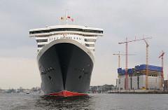 Queen Mary im Hamburger Hafen - Baustelle der Elbphilharmonie (2009)