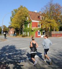 Joggen in Hamburg beim Billbrookdeich / Rote Brücke.