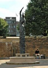 Skulptur Erden Engel / Edith Brockwoldt 2003 / Hamburger Nikolaikirche.