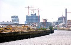 Erschliessungsarbeiten am Petersenkai des Baakenhafens - Gebäude der Hamburger HAfencity im Hintergrund.