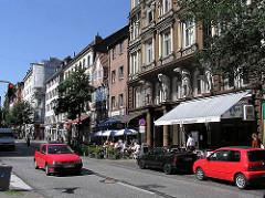 Gründerzeit Architektur in Hamburg St. Georg - Lange Reihe, Geschäfte und Etagenhäuser mit Mietswohnungen.