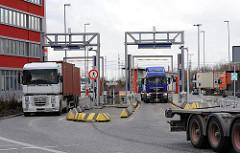 Einfahrt auf das Container-Terminalgelaende von Hamburg Altenwerder.