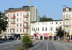 Architektur am Eppendorfer Marktplatz ( 2003 )  - im Bildzentrum der SparMarkt ( Abriss 2012 )