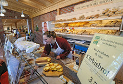 Gut Wulksfelde Gutesbäckerei - Brotregal - Kürbisbrot im Angebot.