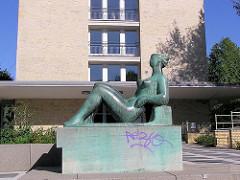 """Bronzeskulptur """"Liegende"""" (Bildhauerin Barbara Haeger) vor einem Grindelhochhaus"""