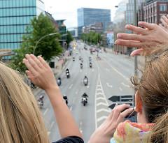 Abschlussparade der Harley Days in Hamburg - MotorradfahrerInnen  auf der Ludwig Erhard Strasse - ZuschauerInnen winken  von einer Brücke..
