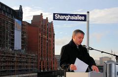 Einweihung der Shanghaiallee - Senator Michael Freytag hält als Senator für Stadtentwicklung und Umwelt eine Rede. 2006 / im Hintergrund die Fassade des Kaispeichers B.