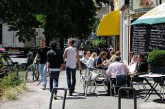 Restaurant in der Gertigstrasse mit Tischen an der Strasse in der Sonne.