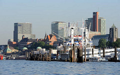 Blick zu den St. Pauli Landungsbrücken - moderne Bürotürme überragen die historische Architektur Hamburgs.