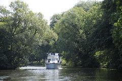 Sportbootfahrt auf der Doveelbe - Motorboot fährt durch HH-Reitbrook.