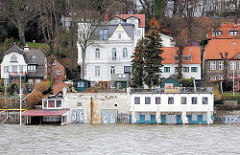 Hoher Wasserstand bei einer Sturmflut am Ufer von Hamburg Othmarschen - Bilder vom Hamburger Elbufer.